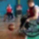 Athlètes handicapés jouant au basketball