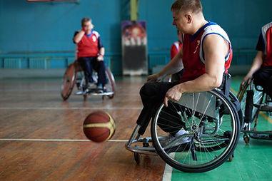 バスケットボールをする障害のあるアスリート