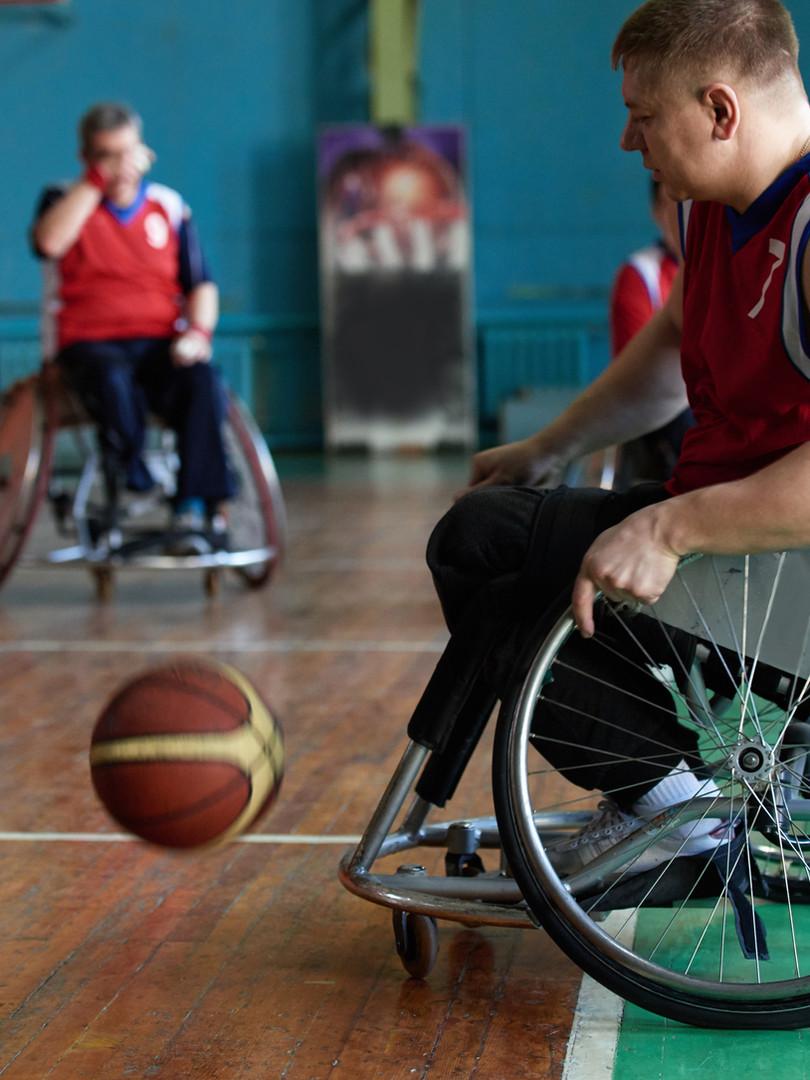 Behinderte Sportler Basketball spielen