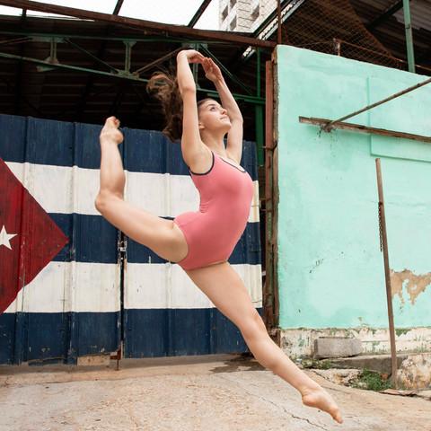 Cuba: Detrás del Bloqueo Examines Cuban Life and Culture