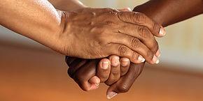 clasped-hands-541849 - Bild von skeeze a