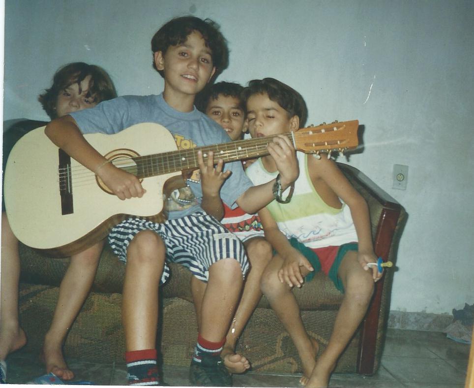 Ricardo com primos e violao