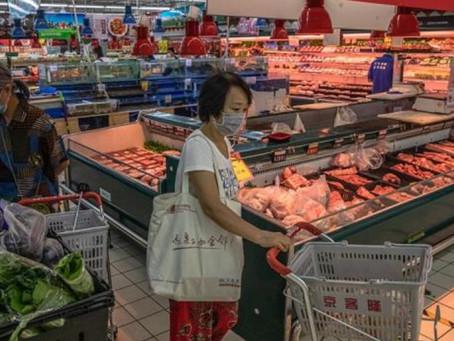 Las autoridades chinas informan de la detección de la covid-19 en envases de carne congelada.