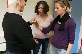 Personne Sourde Aveugle en séance d'apprentissage au Minitact
