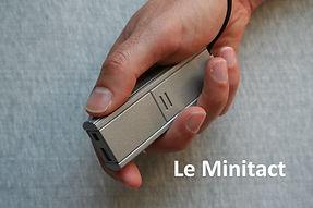 La canne blanche électronique d'intérieur Minitact : photo de la prise en main