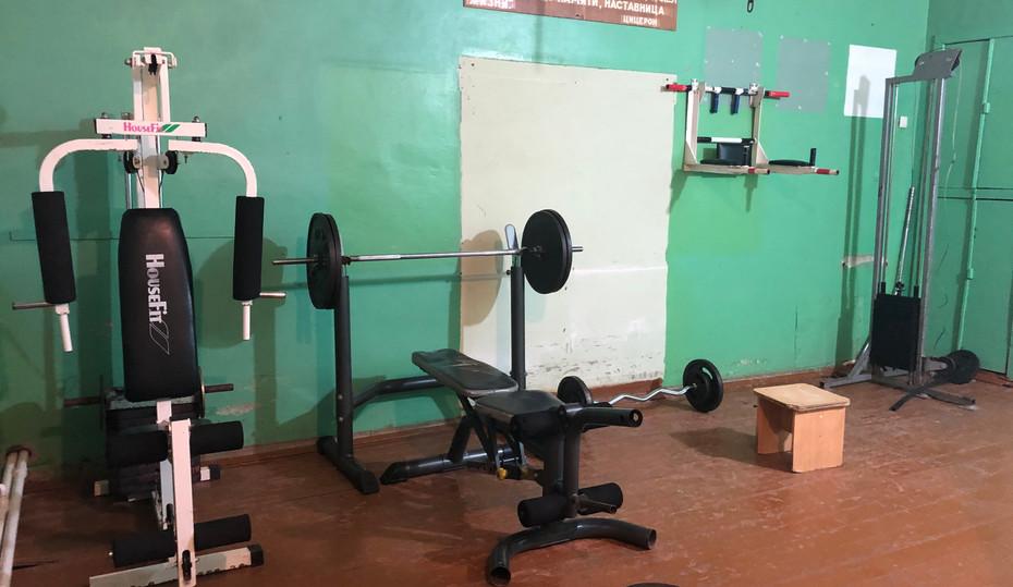 Зал для занятия силовыми упражнениями.