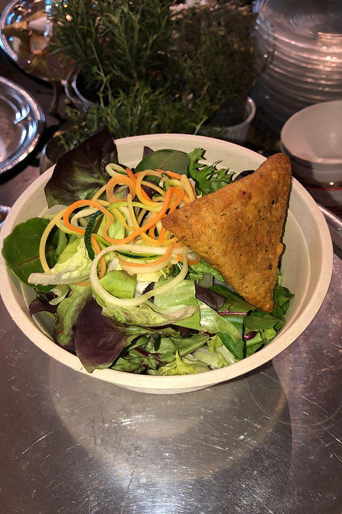Salatschale mit Samosa an edler Hausdressing
