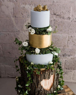Gold and mint foliage cake with golden lion cake toppers