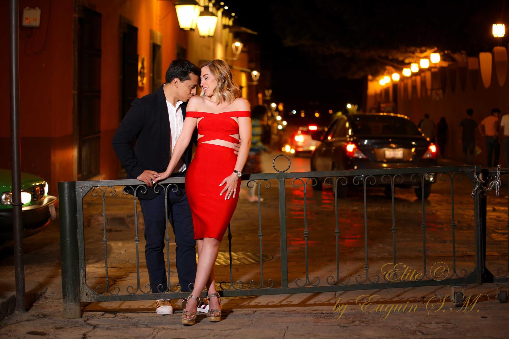 romantic photo session San Miguel de Allende by night