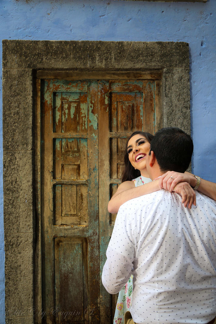 Romantic photo session in San Miguel de Alllende streets.