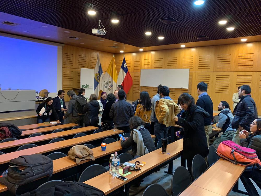 Socios de IALE-Chile participando de la votación