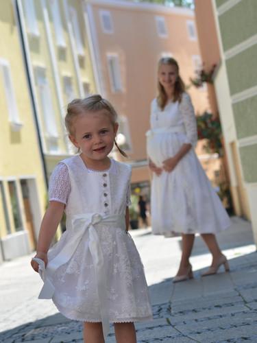 Umstandsdirndl Sarah mit Kinderdirndl Anna