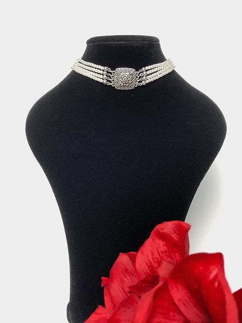 Kropfkette mit Perlen und Swarovski