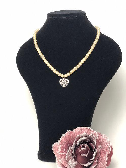 Perlenkette creme mit Herzanhänger
