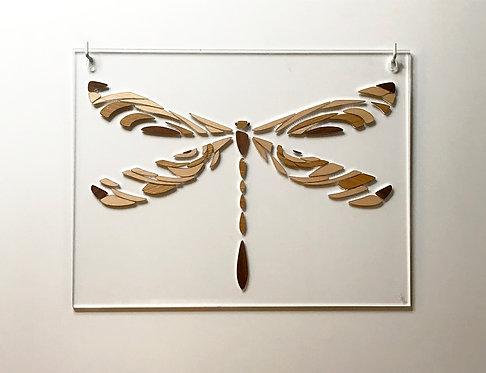 Photo d'un tableau en marqueterie de bois et plexiglas représentant une libellule, objet design pour la décoration et fabriqu