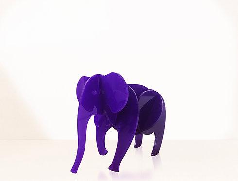 Photo d'un éléphant en plexiglas, objet design pour la décoration et fabriqué à Paris.