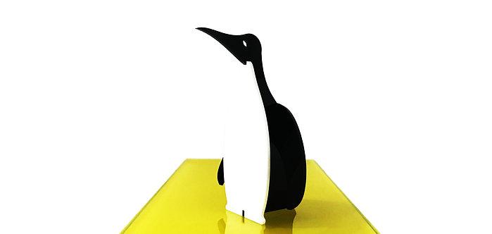 Photo d'un manchot en plexiglas, objet design pour la décoration et fabriqué à Paris.