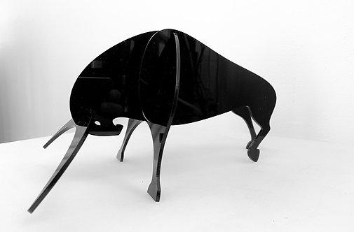 Photo d'un taureau en plexiglas, objet design pour la décoration et fabriqué à Paris