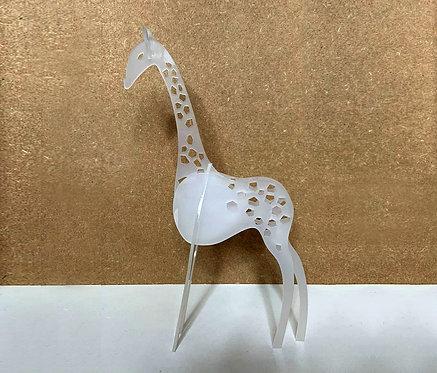 Photo d'une girafe en plexiglas, objet design pour la décoration et fabriqué à Paris