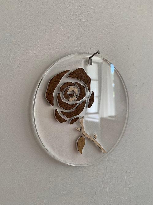 Photo d'une rose en marqueterie de bois sur plexiglas, objet design pour la décoration et fabriqué à Paris.