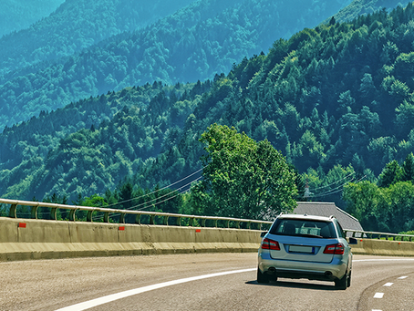 Descer ladeiras em ponto morto economiza combustível?