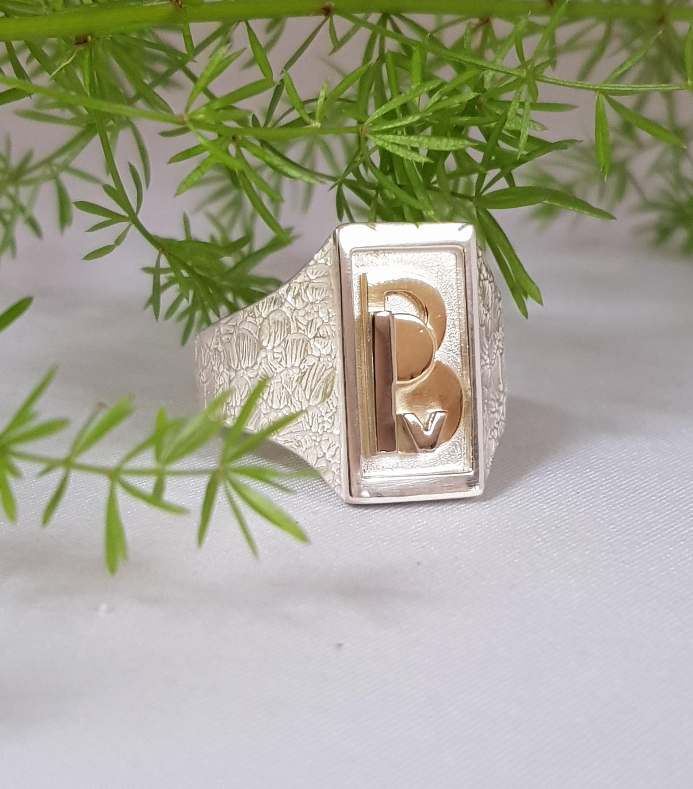 Herenring met gouden monogram
