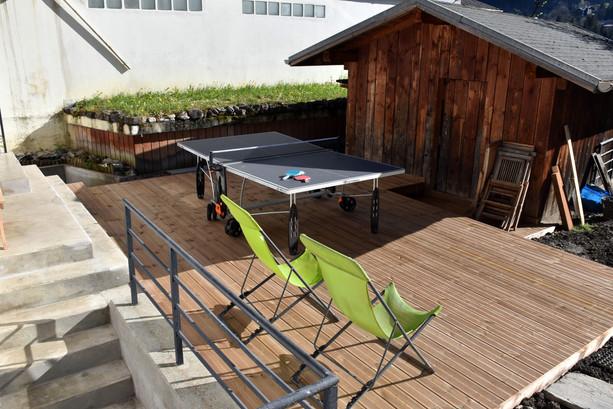 Terrasse avec table de ping-pong