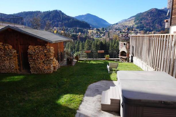Jardin avec terrasse et jacuzzi
