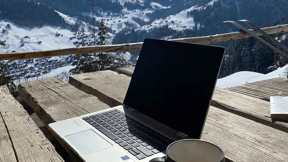 ordinateur sur table avec vue sur montagne