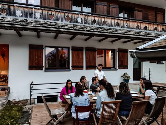 Repas conviviaux en terrasse