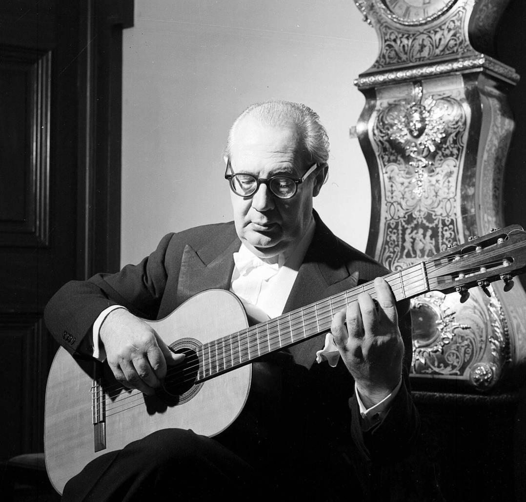 Andrés Segovia durante un concierto privado