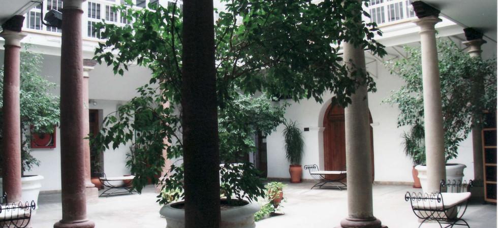 Patio de Columnas, que da la bienvenida al visitante