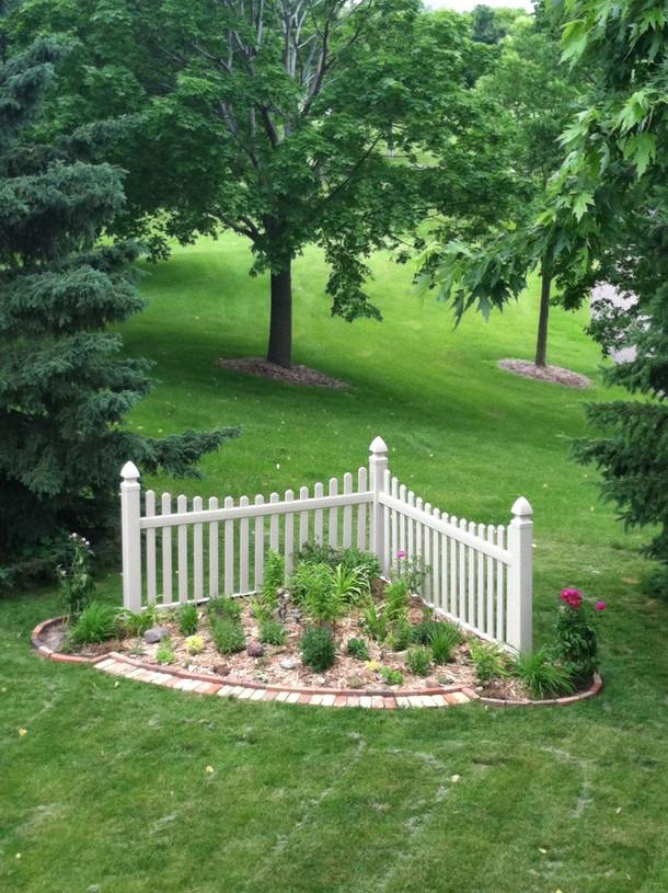 Corner scallop fence.jpg