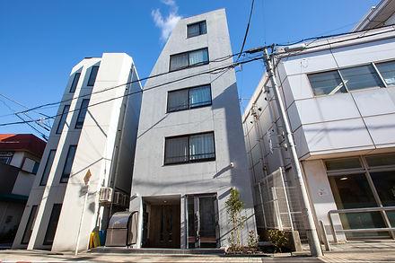 小さいながらも自社ビル1Fに事務所を構えております。上階は宿泊施設です。