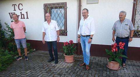 Jubilare Lindemann (links) und Winter (rechts) Mitte 1. Vorsitzende Lardong und Schlageter
