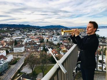 Eröffnung des Thalwiler Bücherturms mit Trompeter Christoph Herrmann