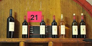 Bouteille de rouge et rosé Domaine Maubernard présentées dans la cave