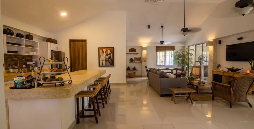 Vista de la sala de estar y la cocina del chef.