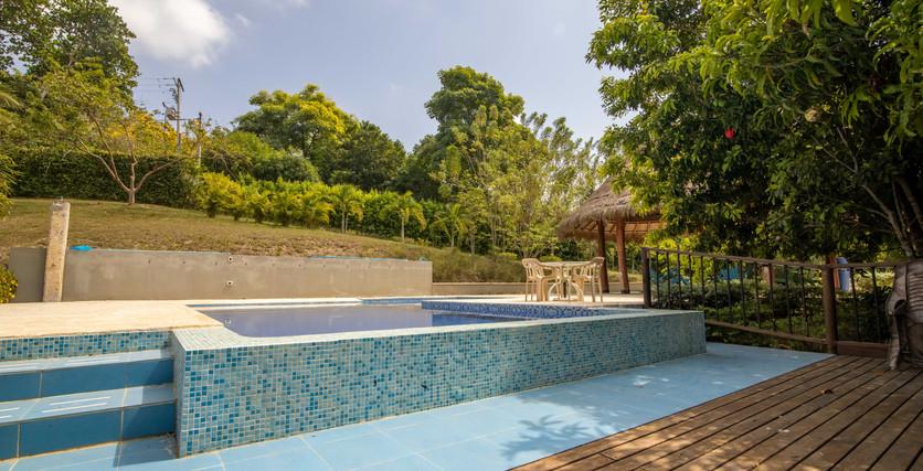 piscina con baldosas de piscina azul