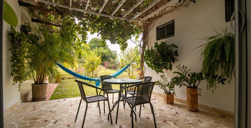 acogedor patio bajo un enrejado cuidado con hermosas plantas y una vista relajante