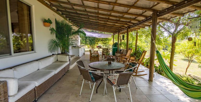 gran patio cubierto con mucho espacio para entretener