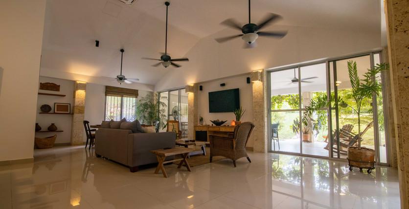 gran sala de estar abierta de techos altos con luz natural