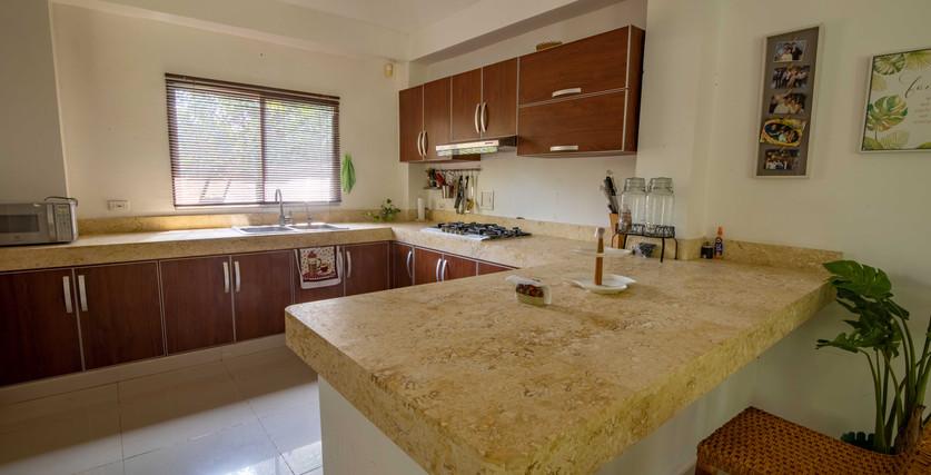espaciosa cocina a medida para huéspedes políticos con encimeras de piedra coralina