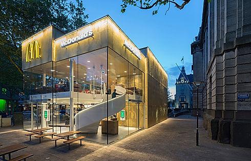 Imagem de uma loja do Mcdonalds inserida na página de vendas do curso Marca a Alma de todo negócio, sobre Branding ou Gestão de Marcas