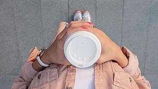 Imagem de uma moça com um copo de café da Starbucks na página de vendas do curso online sobre branding ou gestão de marcas