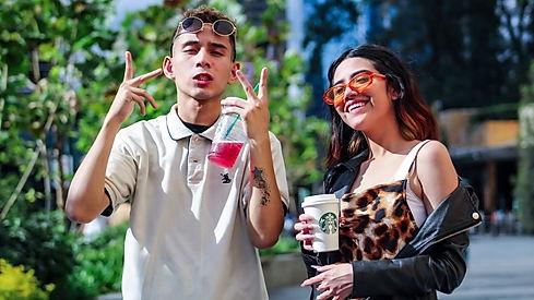 Imagem de dois jovens com copos de café da Starbucks na mão na página de vendas do curso online sobre branding ou gestão de marcas