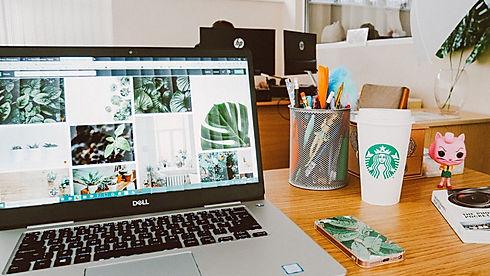 Na imagem um computador com com um copo da Starbucks na página de vendas do curso online sobre branding ou gestão de marcas