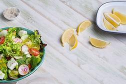 Salade fraîche avec citron Wedges