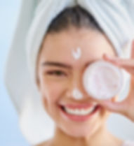 Femme avec crème pour le visage