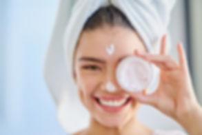 Frau mit Gesichtscreme